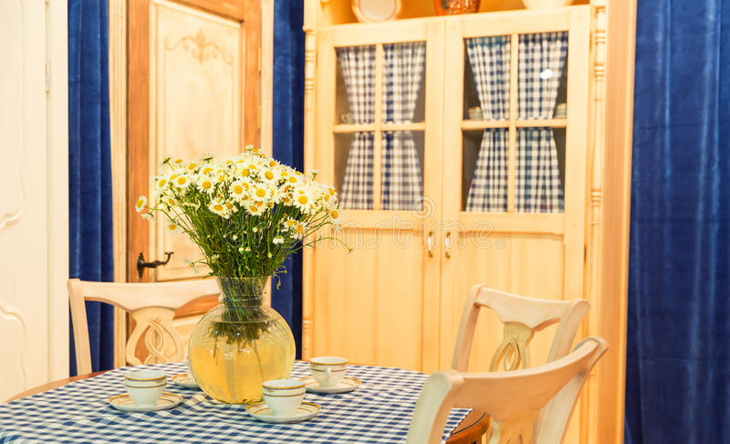 Деревянный красивый изготовленный на заказ дизайн интерьера кухни стоковая фотография