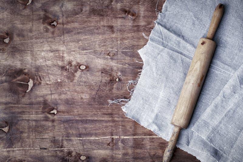 Деревянный крен кухни на коричневой поверхности стоковое изображение rf