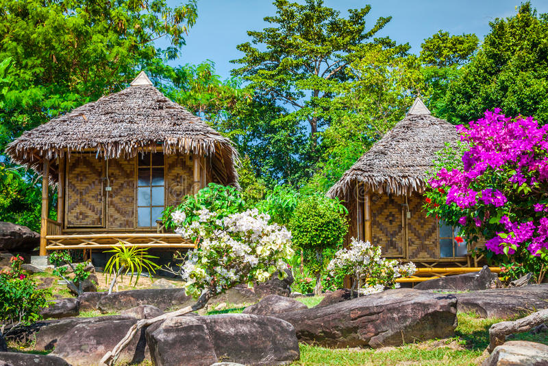 Деревянный курорт бунгала в острове phi phi ko, Таиланде стоковая фотография rf