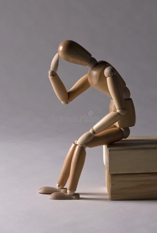 Деревянный манекен в думая представлении стоковые фотографии rf