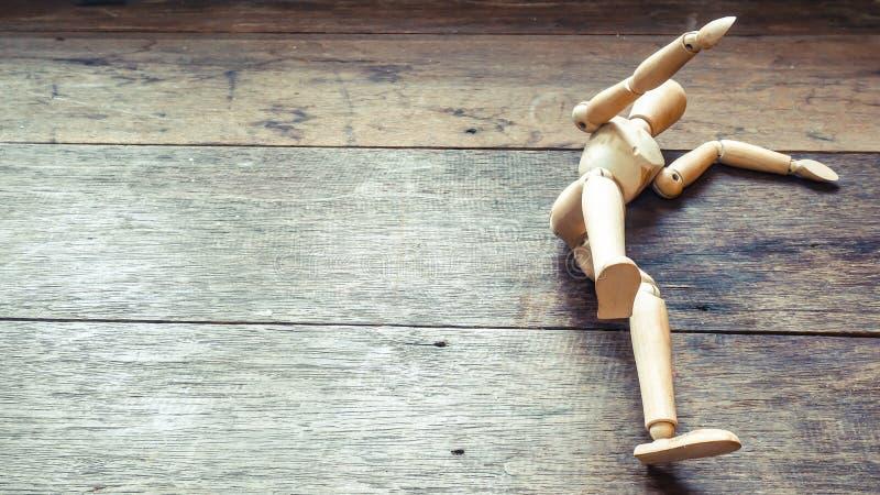 Деревянный манекен падая вниз Концепция падения r Жизнь Идея отказа стоковая фотография