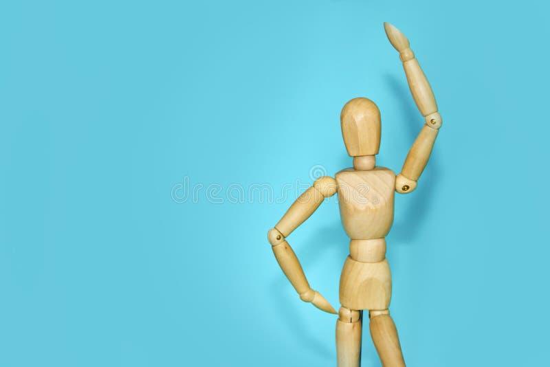 Деревянный манекен показывает эмоции и движения стоковое изображение rf