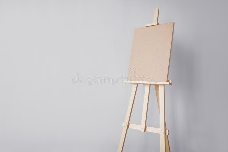 Деревянный мольберт на студии искусства стоковые изображения