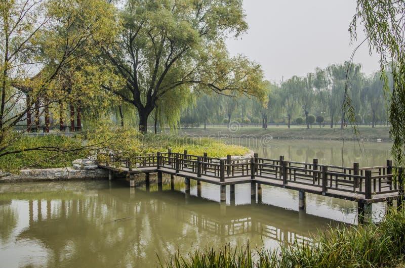 Деревянный мост в парке, Пекине стоковая фотография