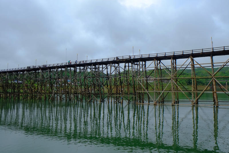 Деревянный мост в реке Kanchanaburi Songkaria, Таиланде стоковые фотографии rf