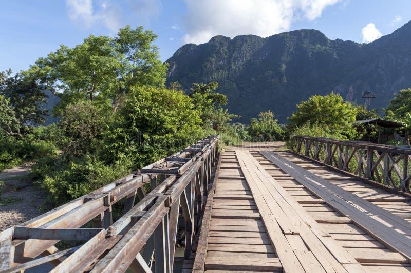 Деревянный мост в Vang Vieng, популярном городке курорта в Лаосе стоковые изображения
