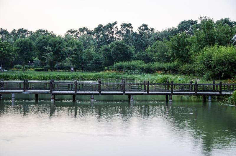 Деревянный мост городка берега стоковое фото