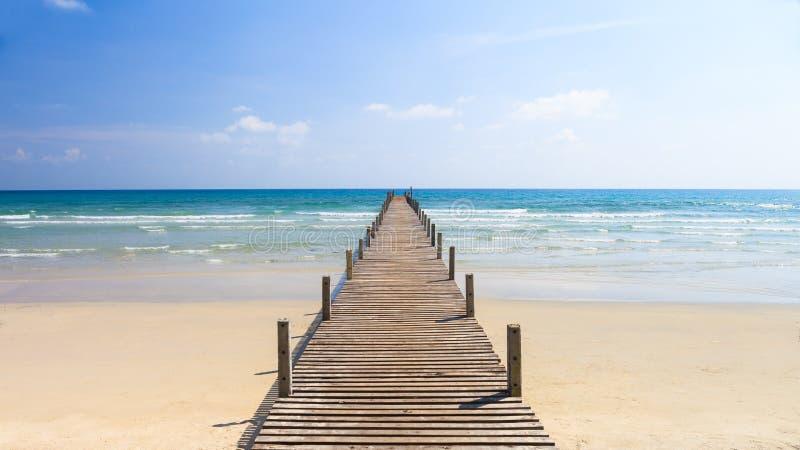 Деревянный мост к морю стоковая фотография