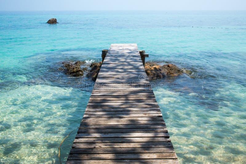 Деревянный мост к морю стоковые фотографии rf