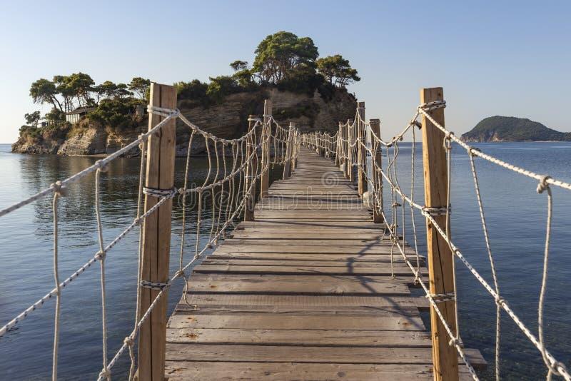 Деревянный мост к острову камеи стоковое изображение