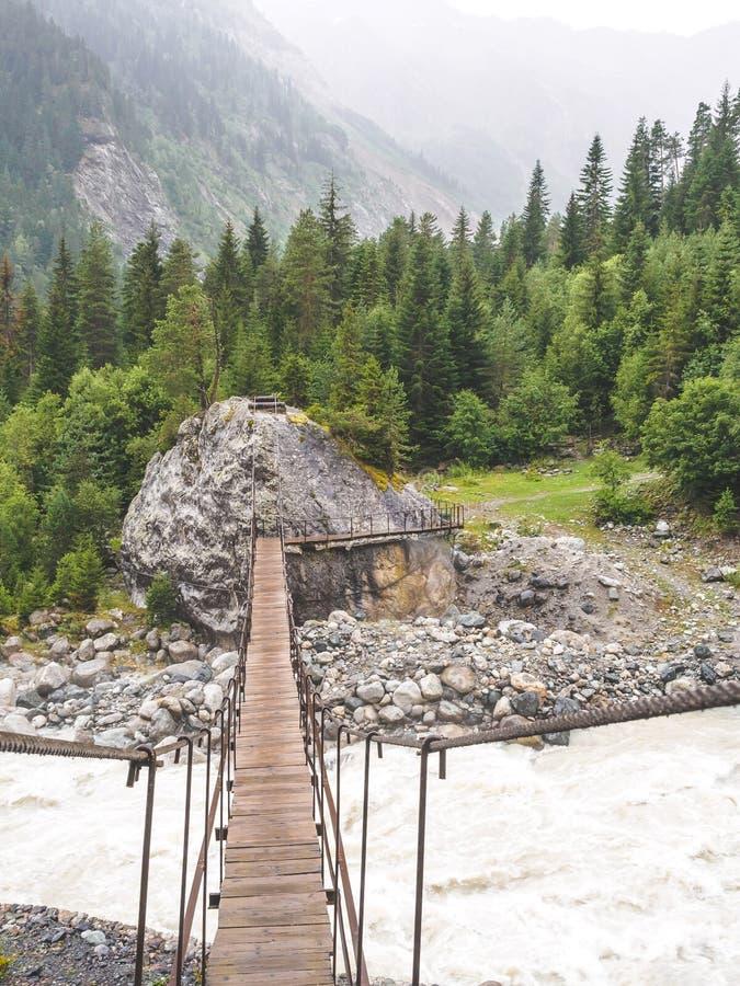 деревянный мост над быстрым рекой в красивом стоковые фотографии rf