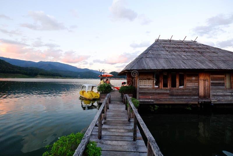Деревянный мост над озером стоковое фото