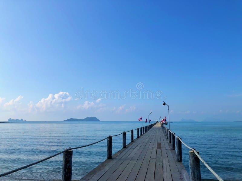 Деревянный мост на красивом море стоковые фото