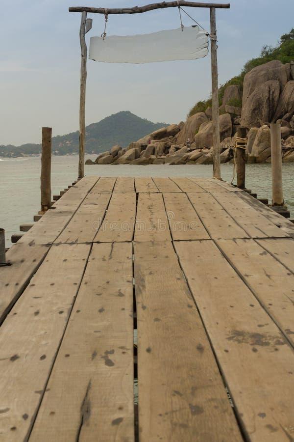 Деревянный мост на тропическом пляже стоковые изображения rf