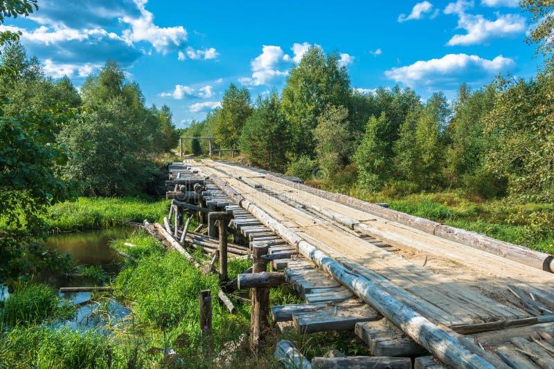 Деревянный мост через малое реку стоковое фото rf
