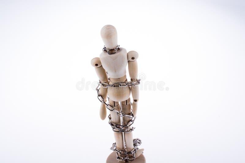 Деревянный модельный человек в цепях стоковые изображения