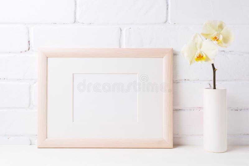 Деревянный модель-макет рамки ландшафта с мягкой желтой орхидеей в вазе стоковые фотографии rf