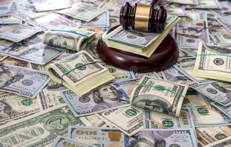 Деревянный молоток закона на деньгах доллара США стоковые изображения