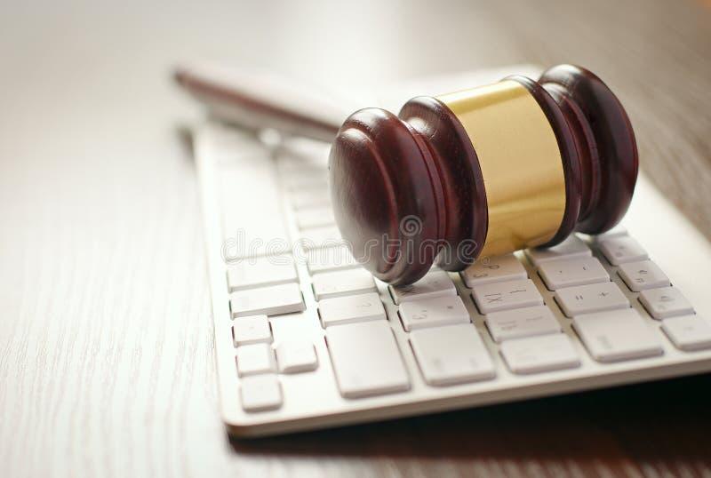 Деревянный молоток на клавиатуре компьютера стоковая фотография rf