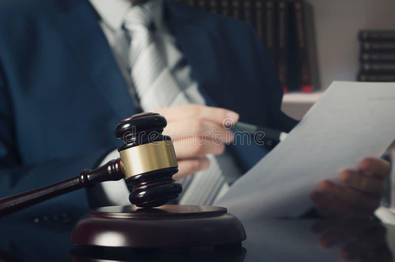 Деревянный молоток, работая юрист в предпосылке стоковое фото