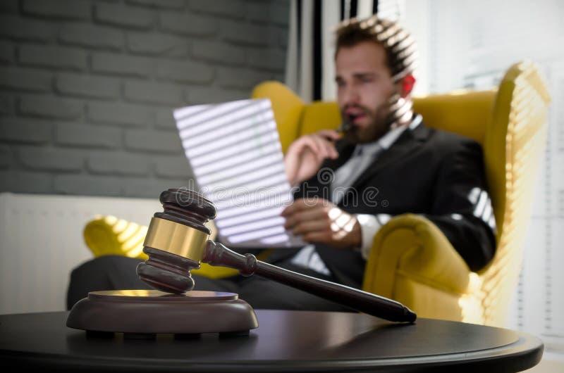 Деревянный молоток, работая юрист в предпосылке стоковые изображения rf