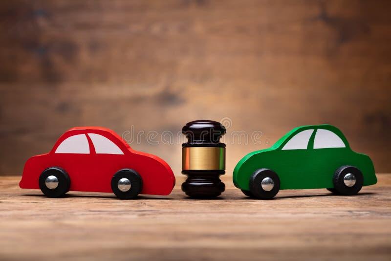 Деревянный мушкел между 2 автомобилями стоковая фотография rf