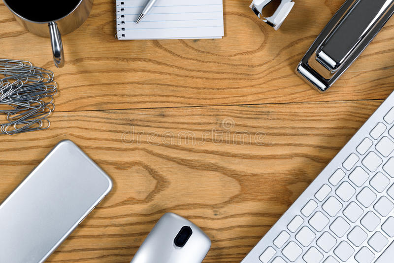 Деревянный настольный компьютер с границей деталей серебряного цвета работая стоковое фото