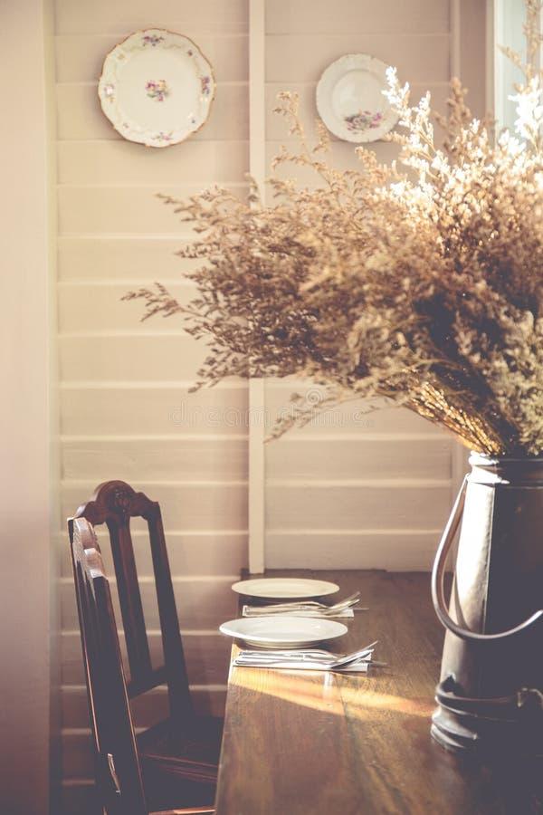 Деревянный обеденный стол в винтажном стиле стоковые изображения rf