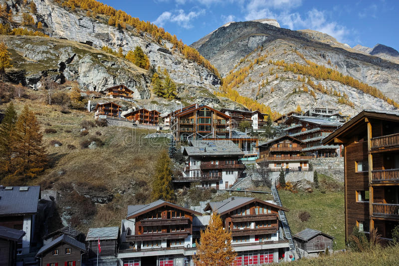 Деревянный дом в курорте Zermatt, Швейцарии стоковое фото