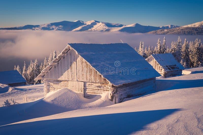 Download Деревянный дом в снеге стоковое фото. изображение насчитывающей пуща - 59679812
