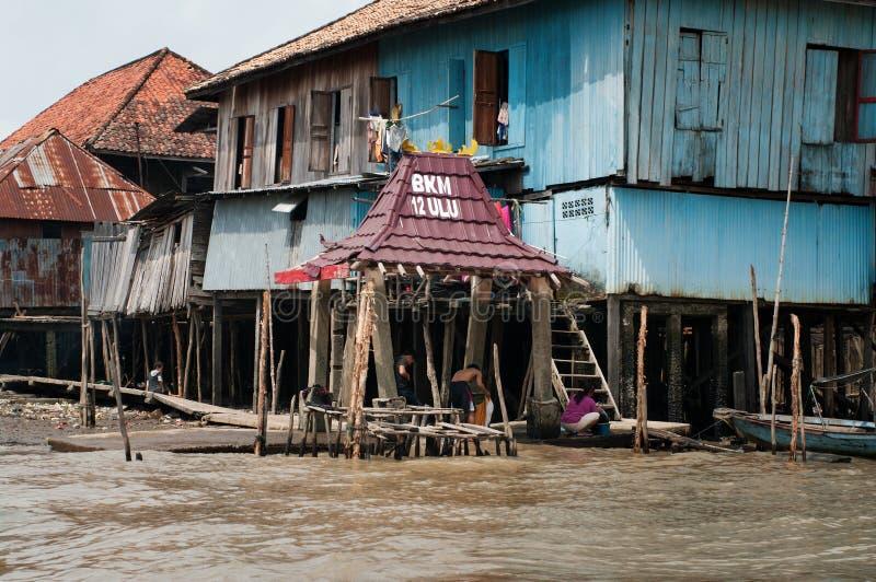 Деревянный дом на кучах в Палембанге, Суматре, Индонезии стоковые фото