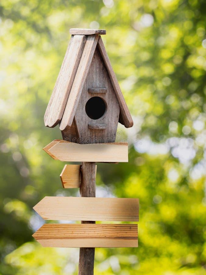 Деревянный дом птицы стоковые фотографии rf