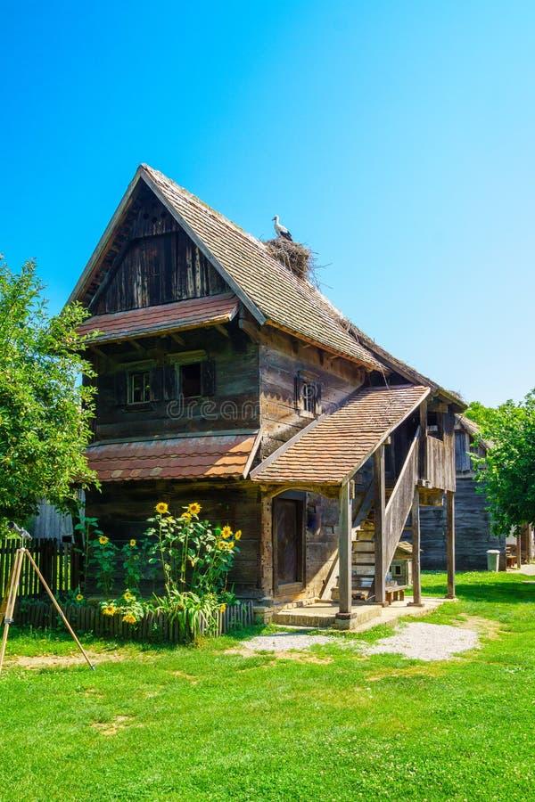 Деревянный дом, с аистами, Хорватия стоковые изображения rf