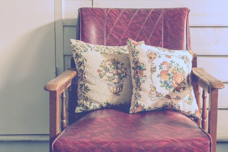 Деревянный дом с винтажными стульями стиля стоковые фотографии rf