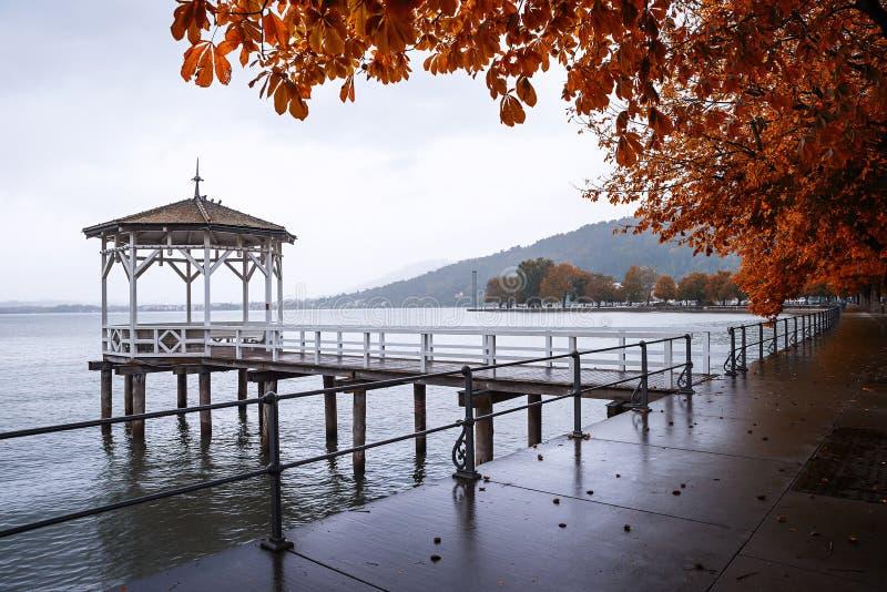 Деревянный павильон на пристани, осеннее constance озера пейзажа, ge стоковые фотографии rf
