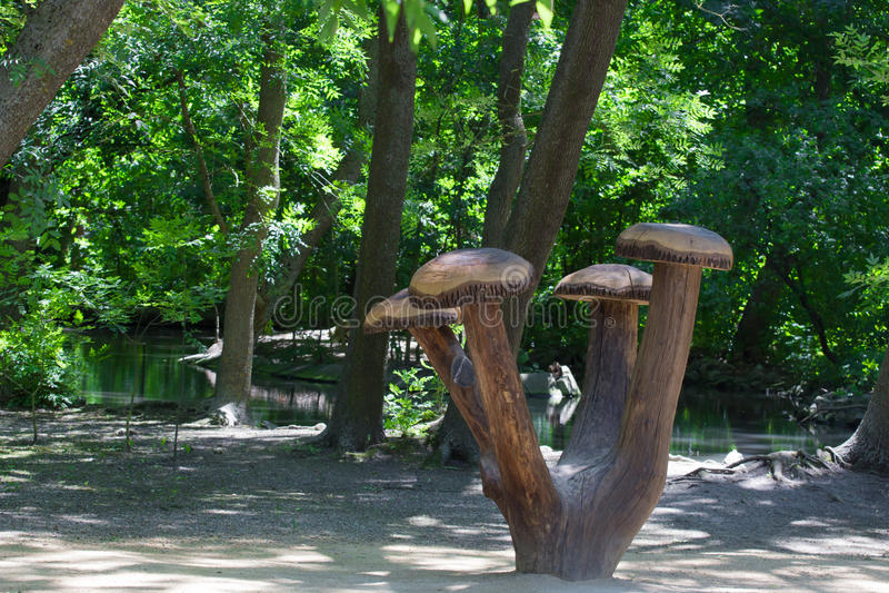 Download Деревянный памятник грибов стоковое изображение. изображение насчитывающей самомоднейше - 56615649