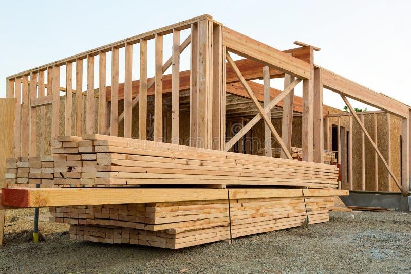 Деревянный пиломатериал конструкцией дома стоковая фотография rf