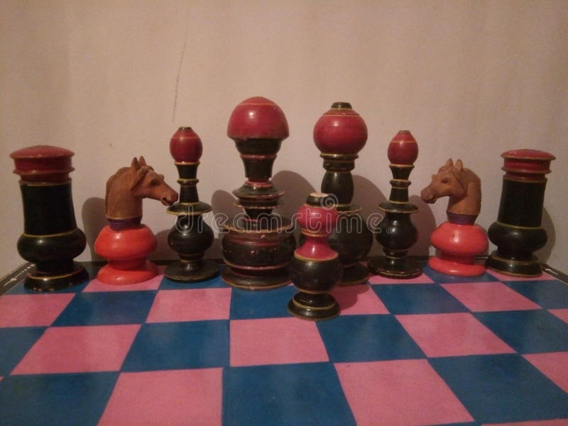 Деревянный покрашенный комплект шахмат античным стоковая фотография rf