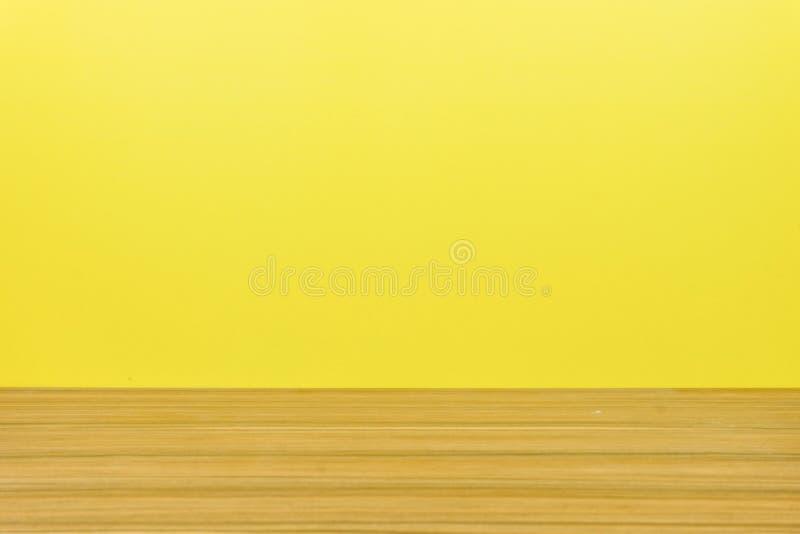 Деревянный пол и желтая предпосылка стоковые фотографии rf