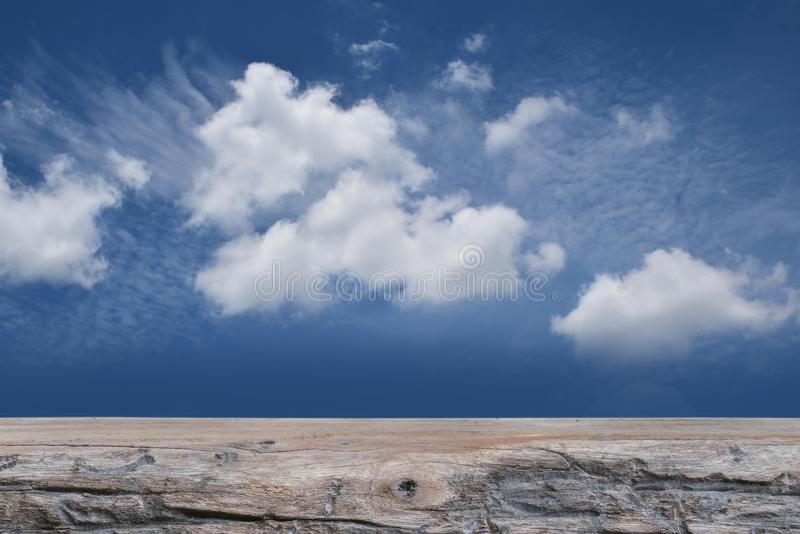 Деревянный пол на голубом небе и белой предпосылке, космосе экземпляра стоковая фотография
