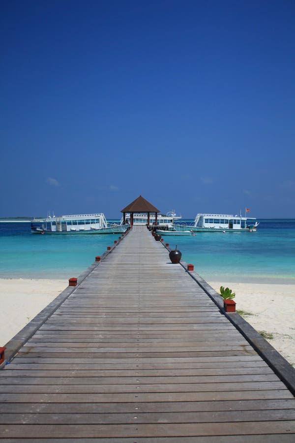 Деревянный понтон в Мальдивах стоковые изображения rf