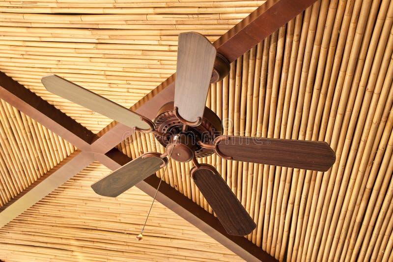 Деревянный потолочный вентилятор на бамбуковом потолке стоковая фотография