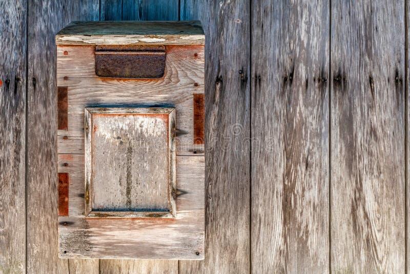 Деревянный почтовый ящик стоковая фотография