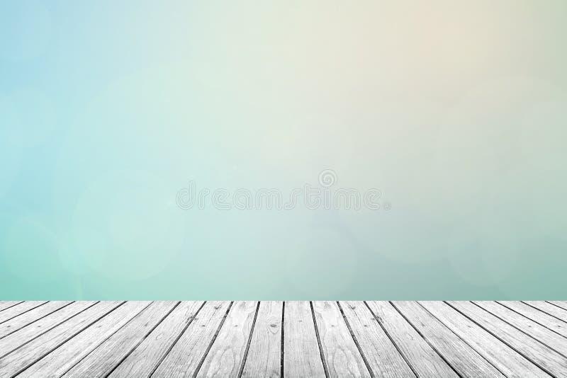 Деревянный пол с пастельным предпосылкой запачканной небом стоковое изображение rf