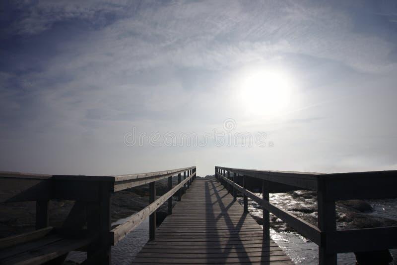Деревянный путь к облачному небу стоковое изображение