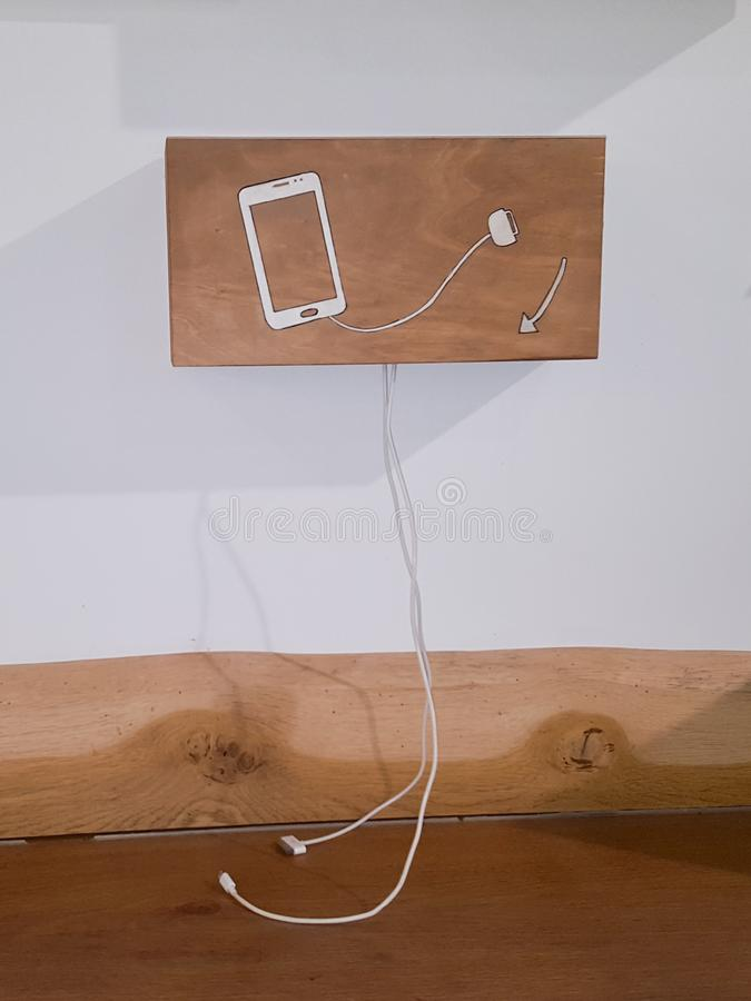 Деревянный ресторан обслуживания собственной личности заряжателя мобильного телефона как зарядная станция стоковая фотография rf
