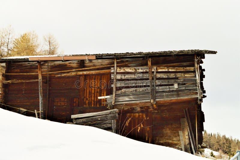 Деревянный сарай в швейцарце Альпах стоковые фотографии rf
