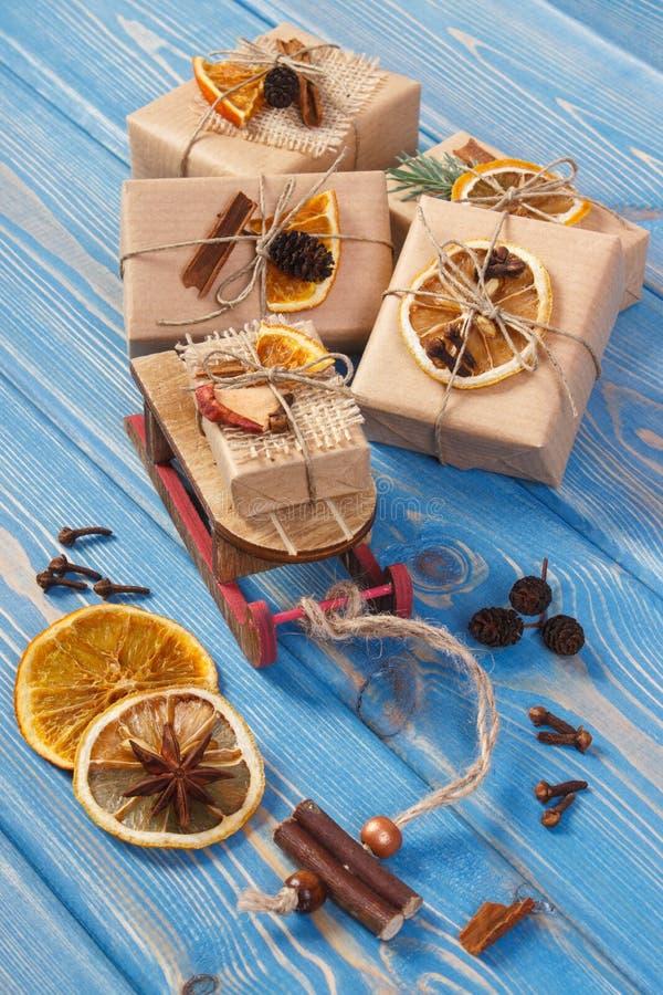 Деревянный скелетон, создал программу-оболочку подарки с украшением для рождества или другого торжества стоковое изображение rf