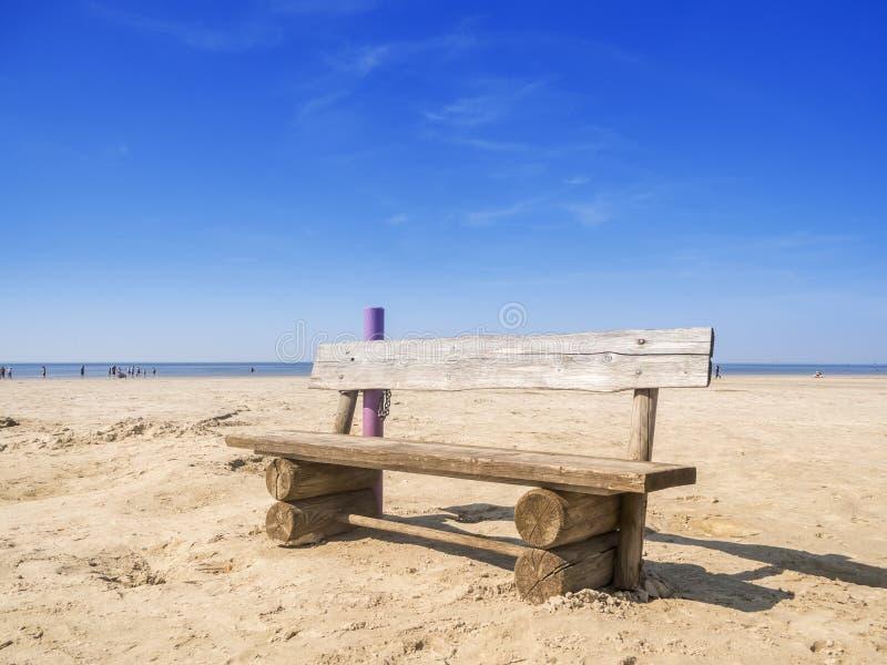 Деревянный стенд на пляже стоковая фотография