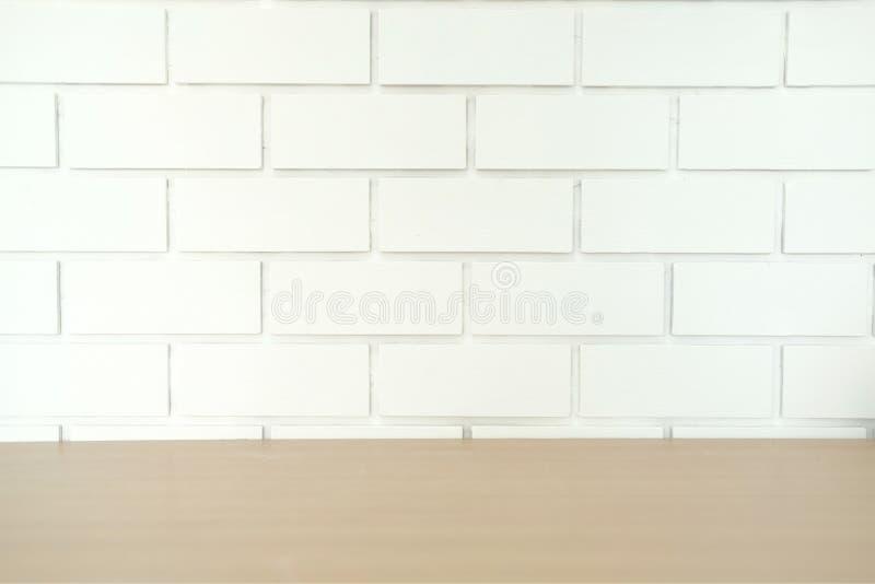 деревянный стол & белый фон предпосылки кирпичной стены стоковые изображения rf
